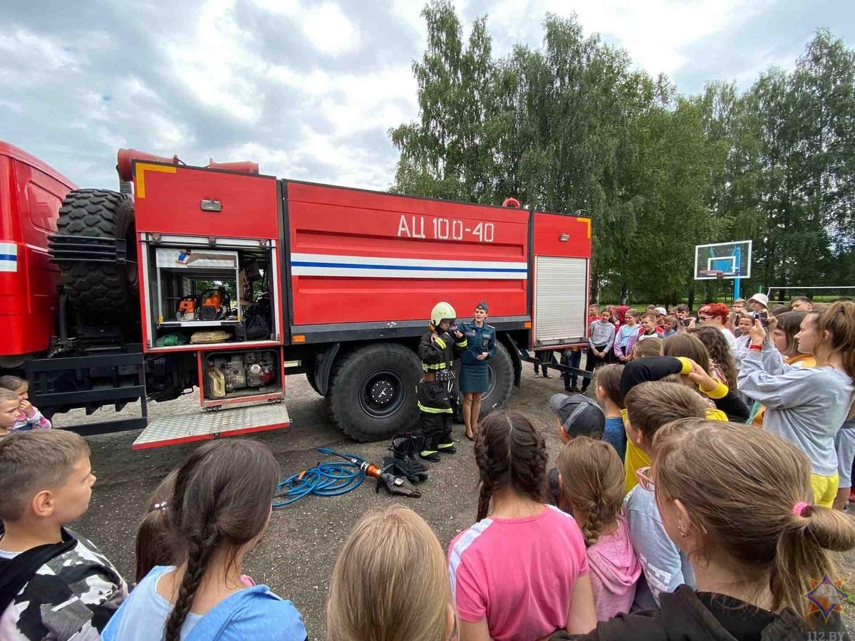 В рамках акции «Каникулы без дыма и огня!» лидские спасатели посетили летний оздоровительный лагерь «Березка»